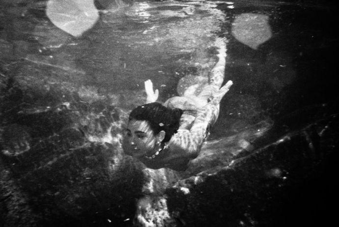 Юная испанка Карла Гетта устроила заплыв, предварительно раздевшись