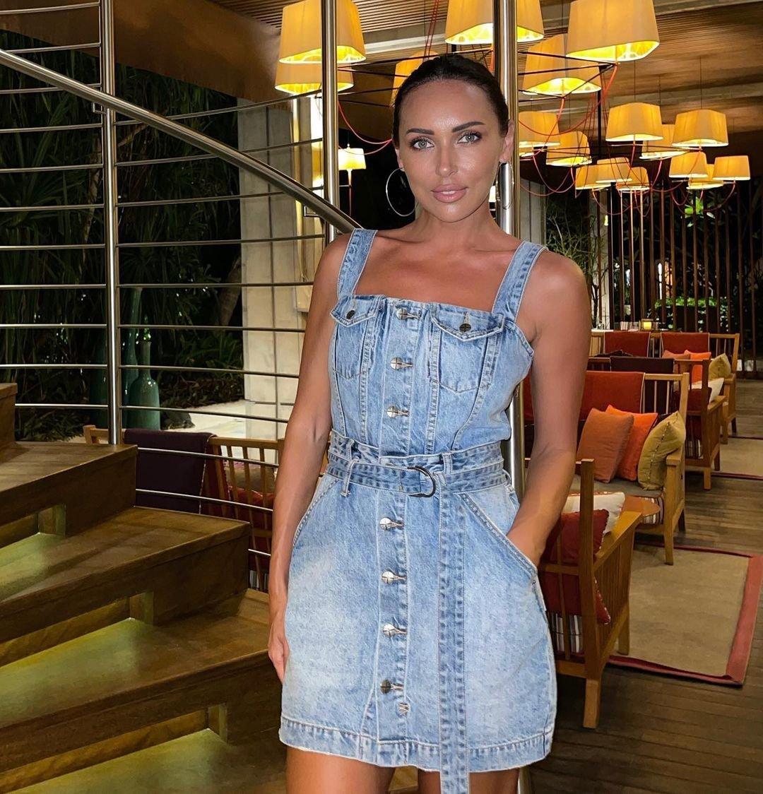 Певица Алсу в джинсовом мини выглядит словно школьница