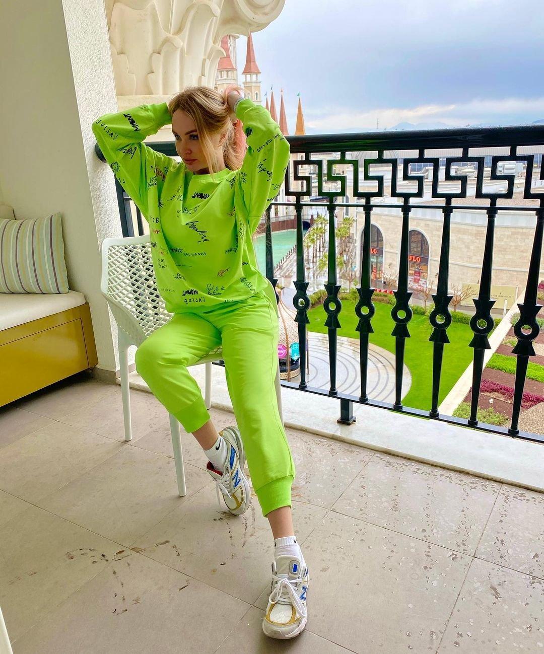 Дарья Пынзарь смело надевает одежду неонового цвета