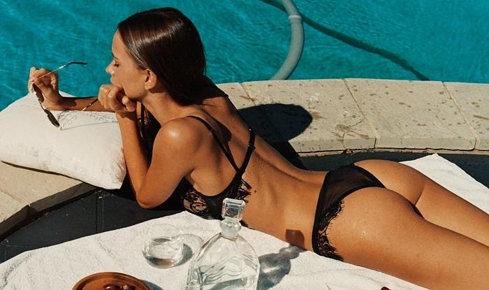 Изабель Мазерс обливает себя из шланга в знойный летний день