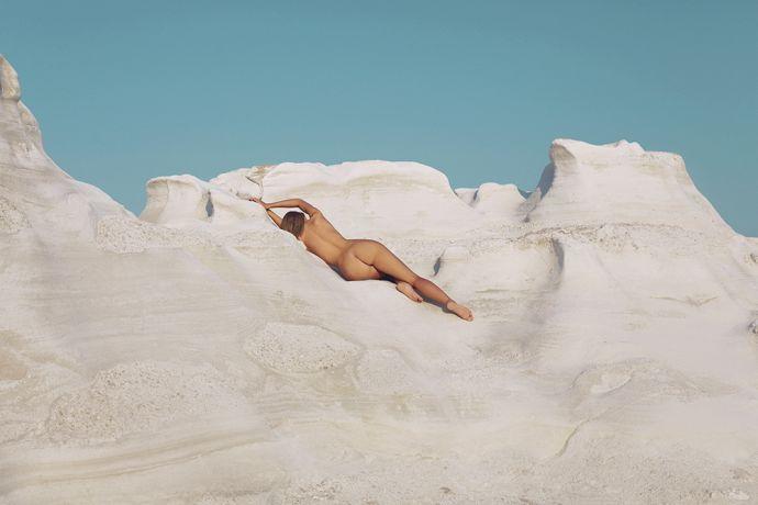 Обнажённая Наоми Кристи показала всю красоту греческого острова Милос