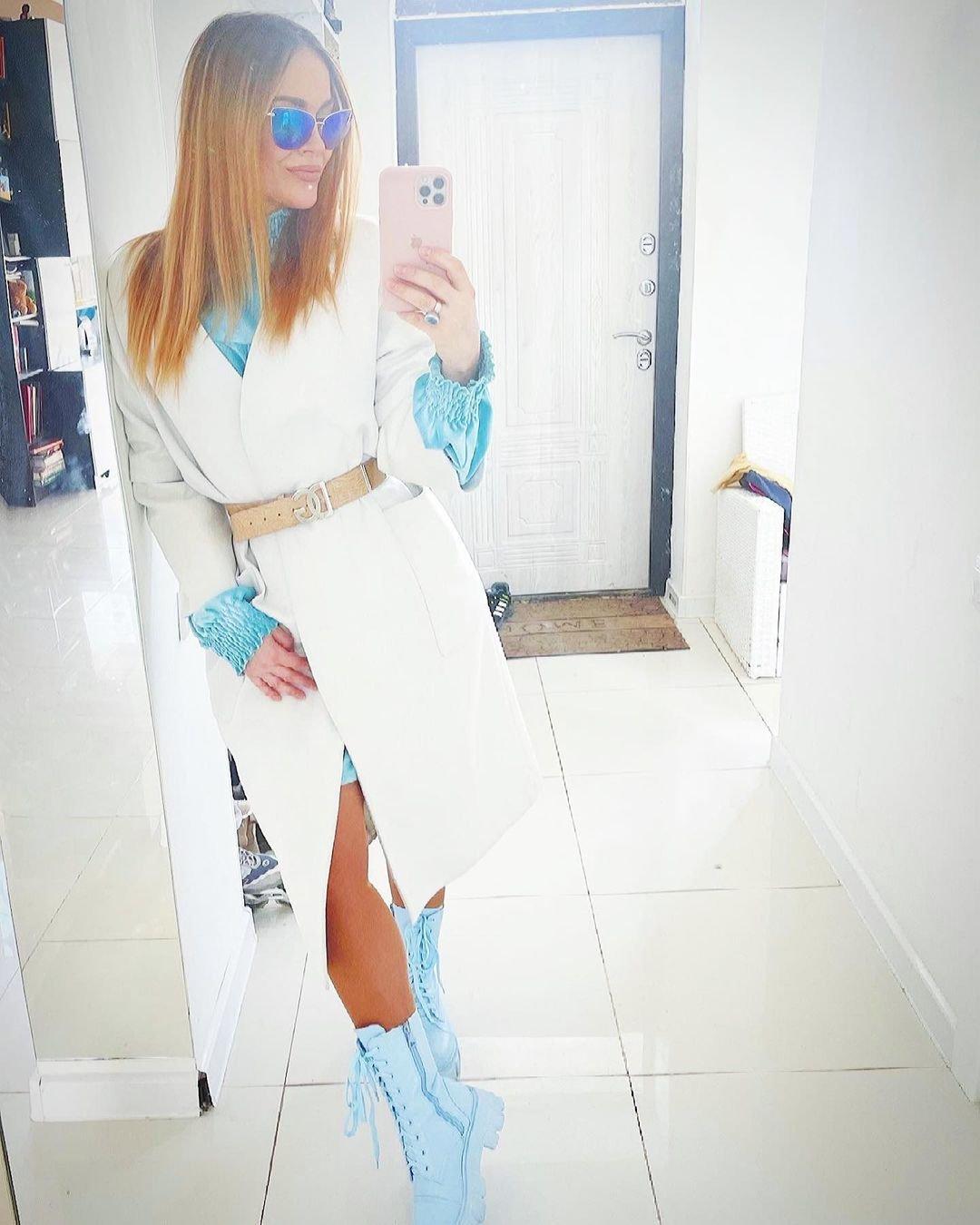 Таня Терёшина сделала селфи в эффектном белом пальто и голубых ботинках