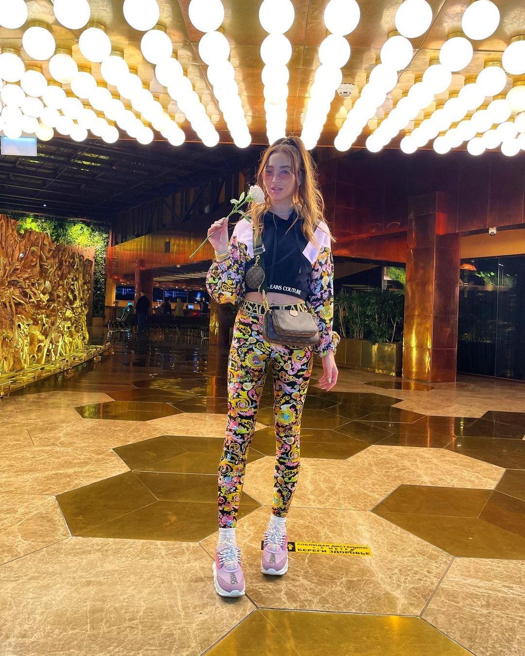 Поклонники раскритиковали яркий костюм Versace на Ольге Бузовой