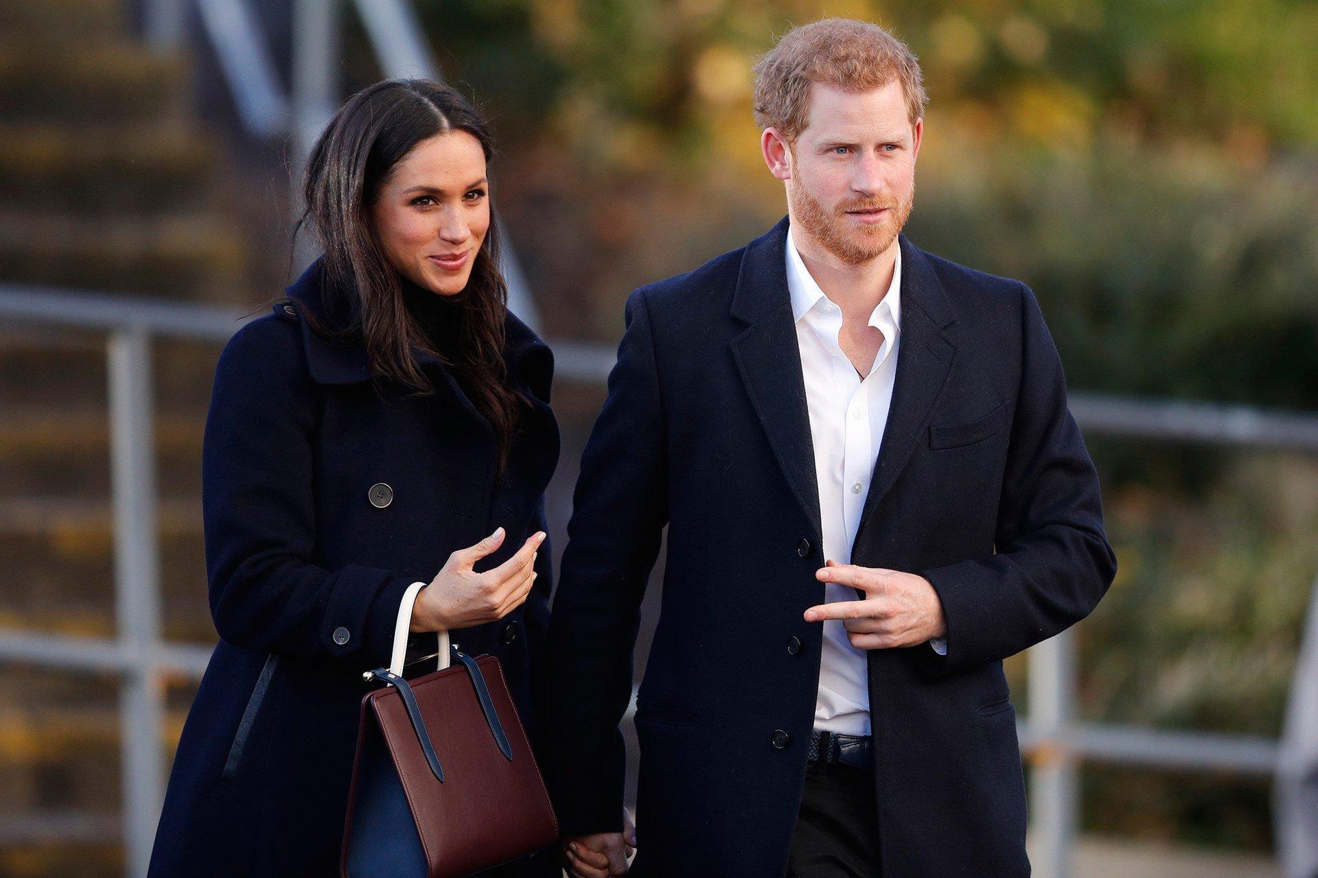Беременная Меган Маркл в удобном наряде с сыном на руках отправилась на прогулку