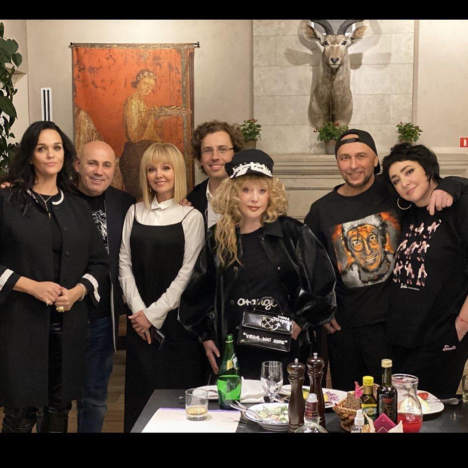 Алла Пугачева в образе рок-дивы пришла на день рождения друга