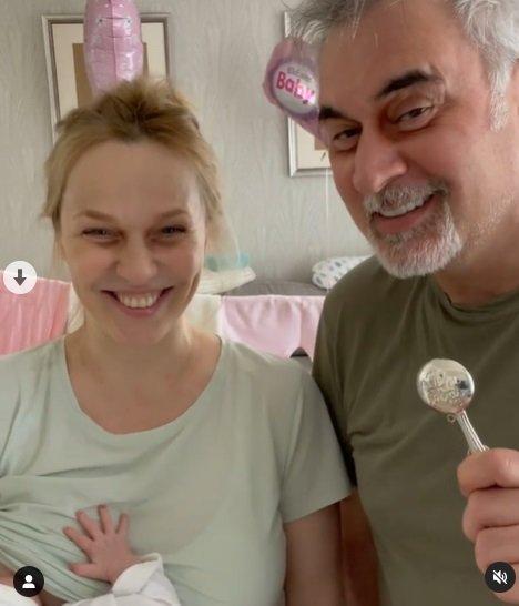 42-летняя Альбина Джанабаева показала, как кормит новорожденную дочь грудью