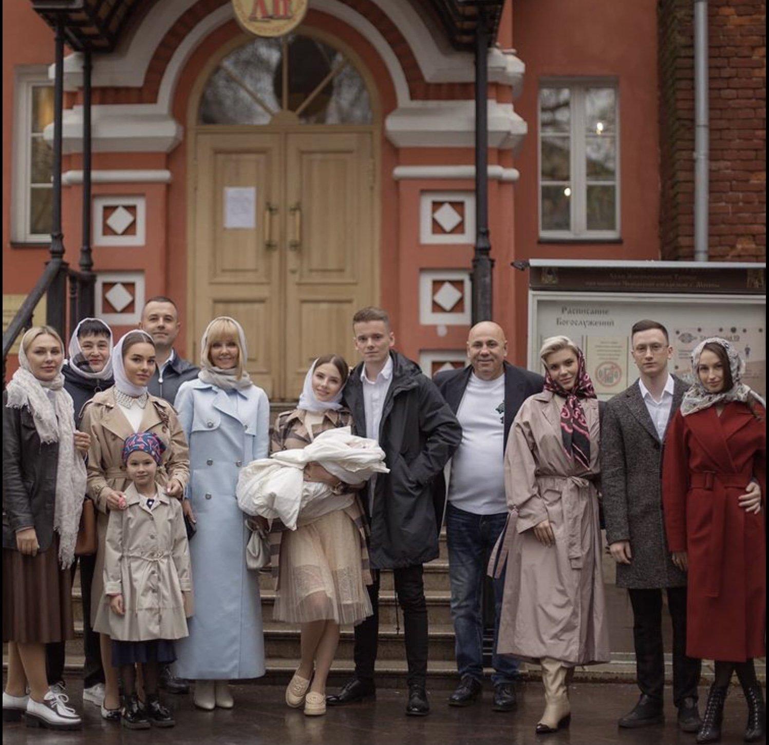 Певица Валерия показала семейные  снимки с крестин внучки