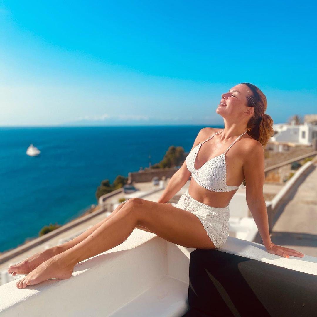 Анна Седокова радует мужа стильными нарядами на отдыхе в Греции