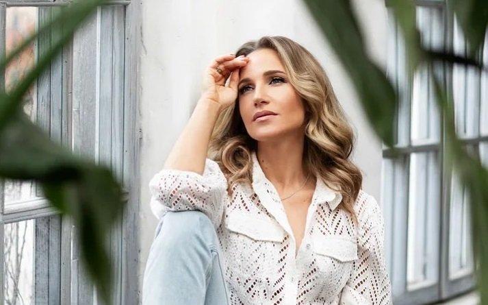 Юлия Ковальчук блеснула стройной фигурой в розовом бикини