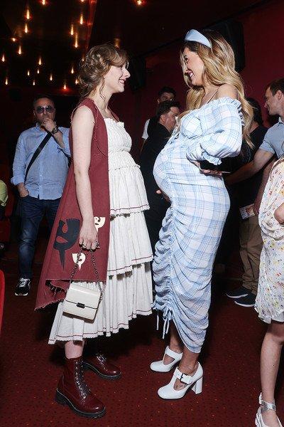 Беременные Мария Горбань и Лиза Арзамасова удивили поклонников безвкусными нарядами