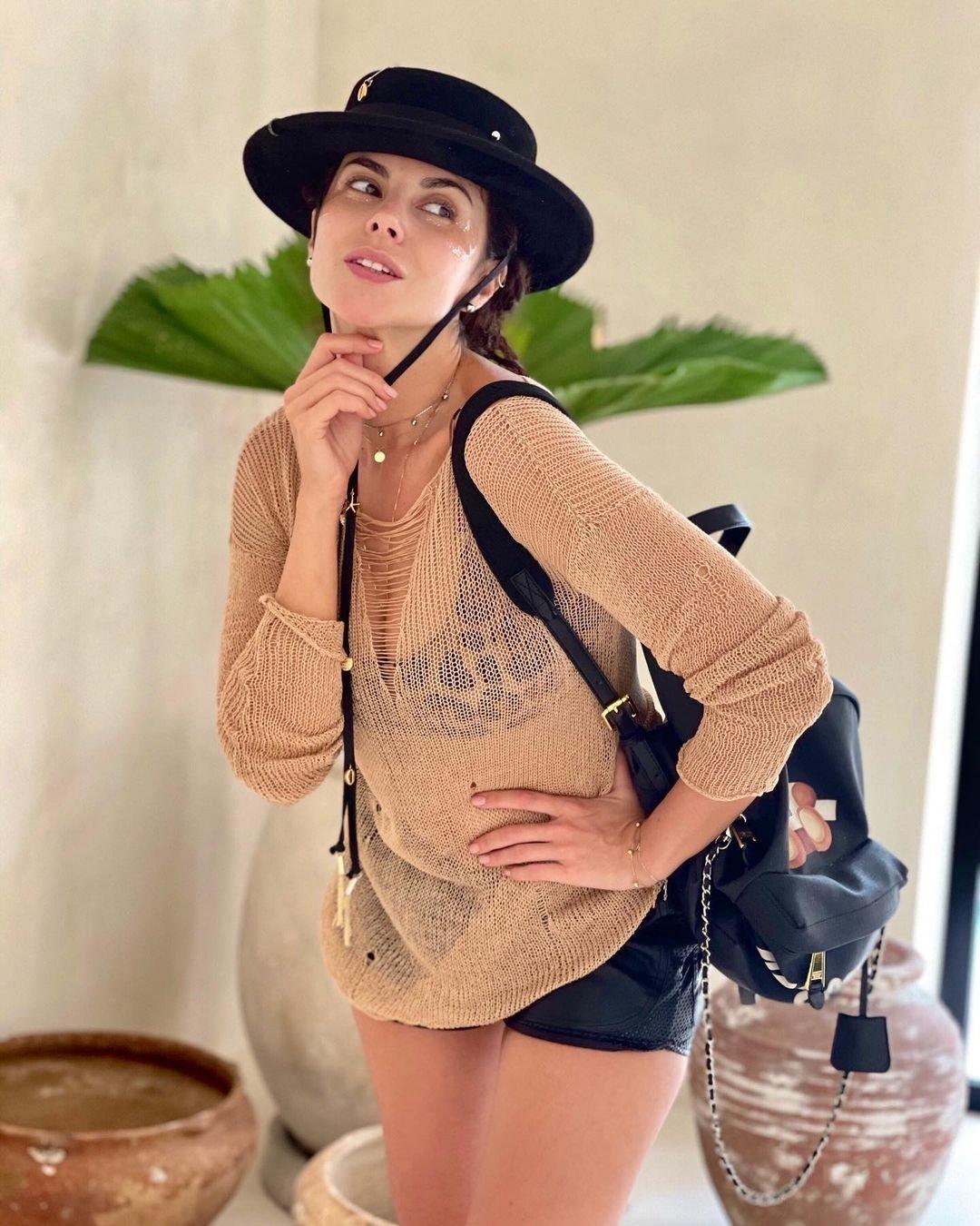 Настя Каменских собрала стильный наряд для активной летней прогулки