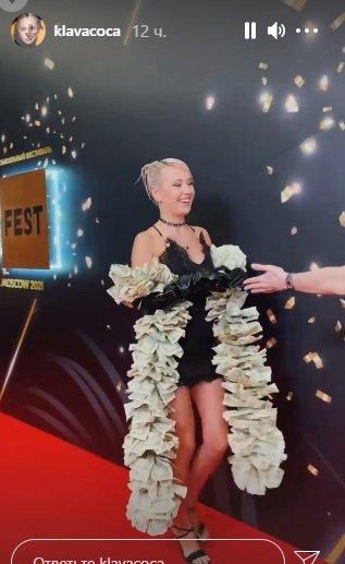 Певица Клава Кока предстала в боа из долларов
