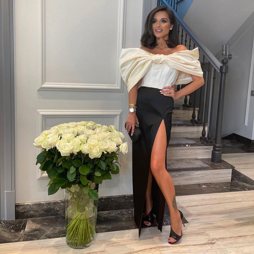 """Ксения Бородина посетила фестиваль """"Жара"""" в элегантном платье с разрезом"""