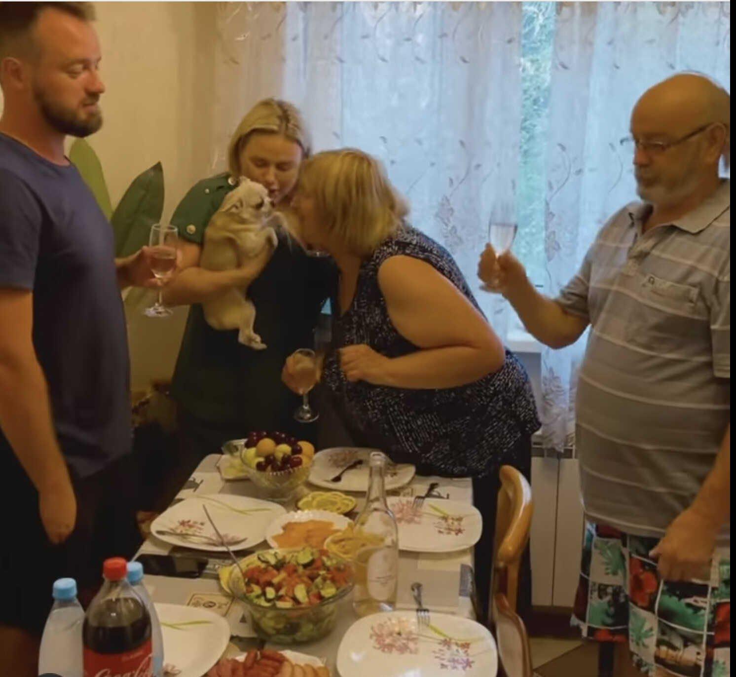 За что подписчики раскритиковали семейный обед Анны Семенович