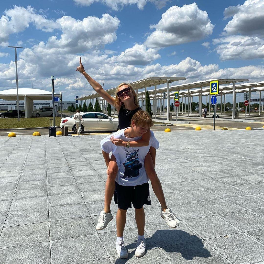 Приземлившись в Ялте, Полина Гагарина прокатилась верхом на сыне