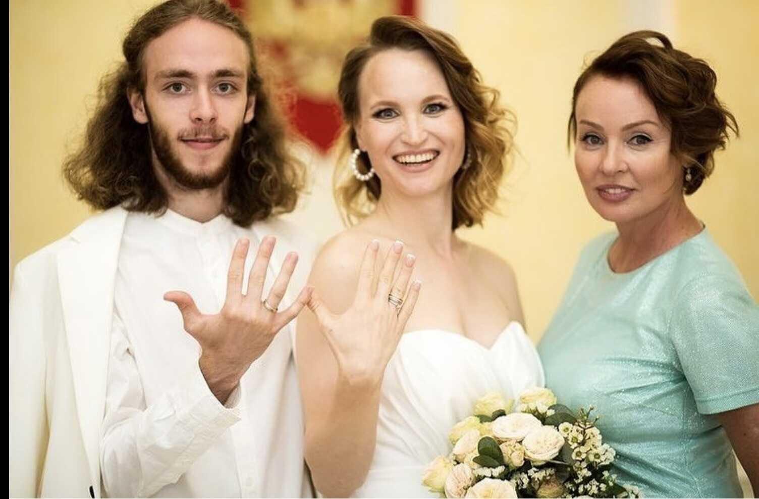 Жанна Эппле показала снимок со свадьбы сына