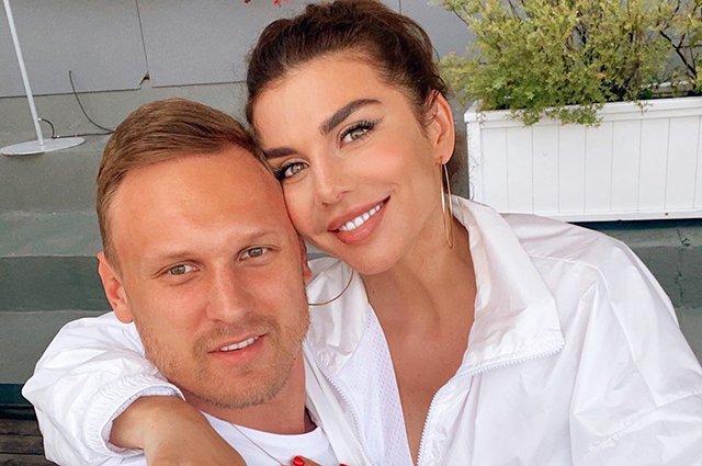 Муж Анны Седоковой уехал из России
