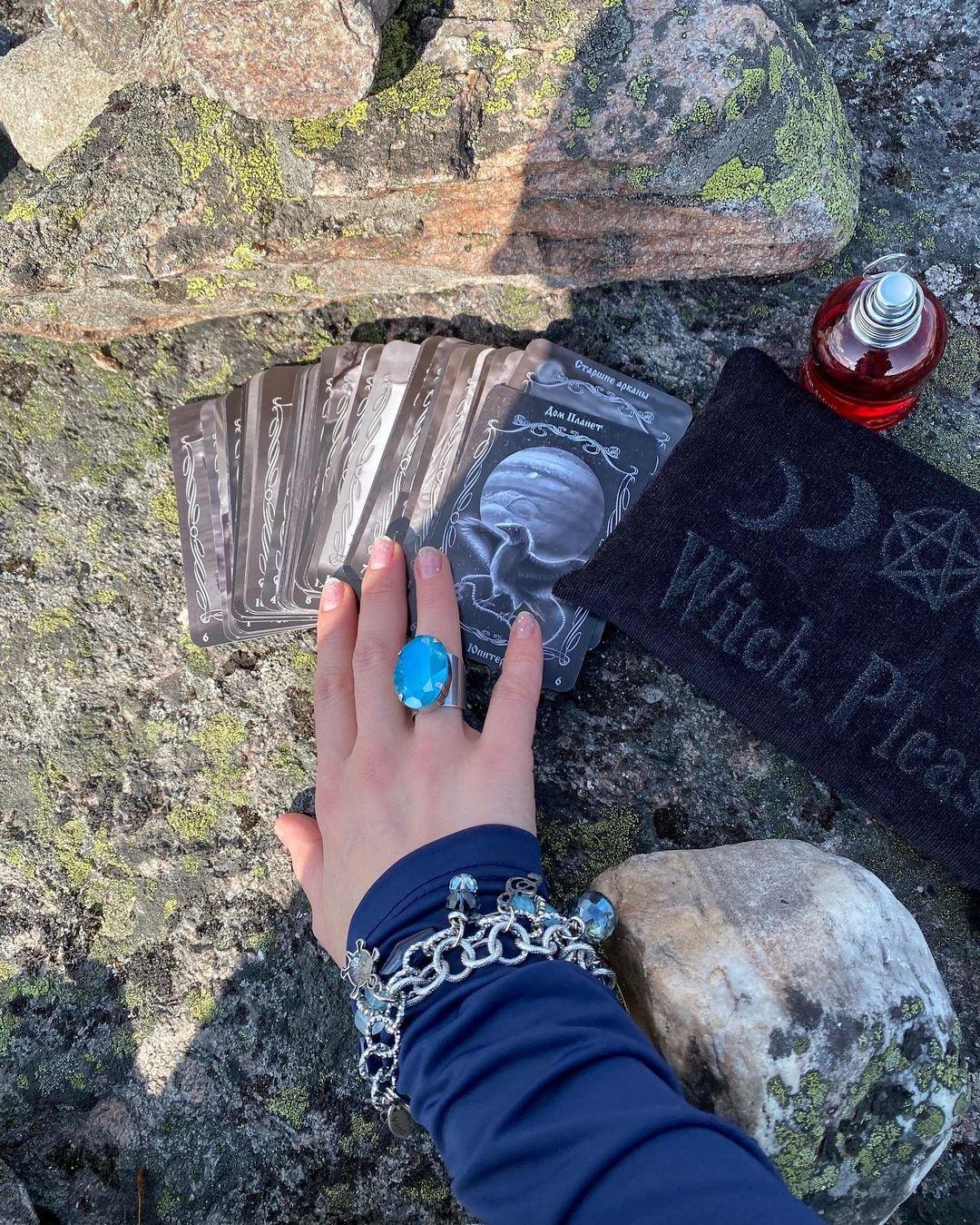 Алёна Водонаева отправилась на прогулку по горам Карелии в нелепой шляпке и костюме