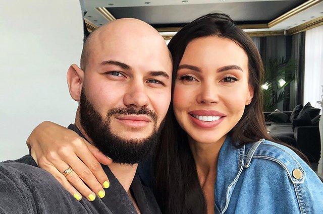 Оксана Самойлова закрыла Джигана на фото эмодзи с человеком в инвалидной коляске