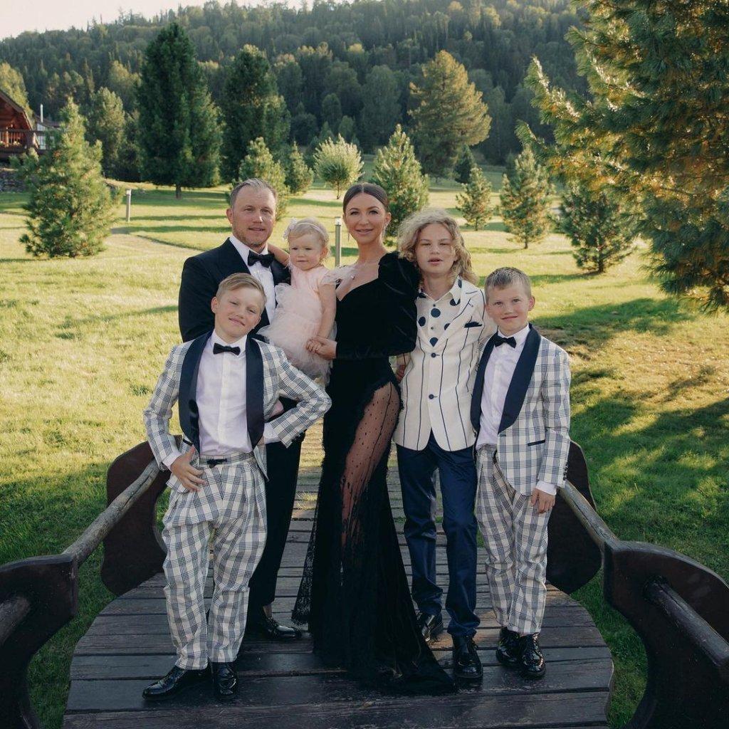 На празднике Блиновской, Ксения Бородина повалилась на пол, не выпуская сигарету из рук