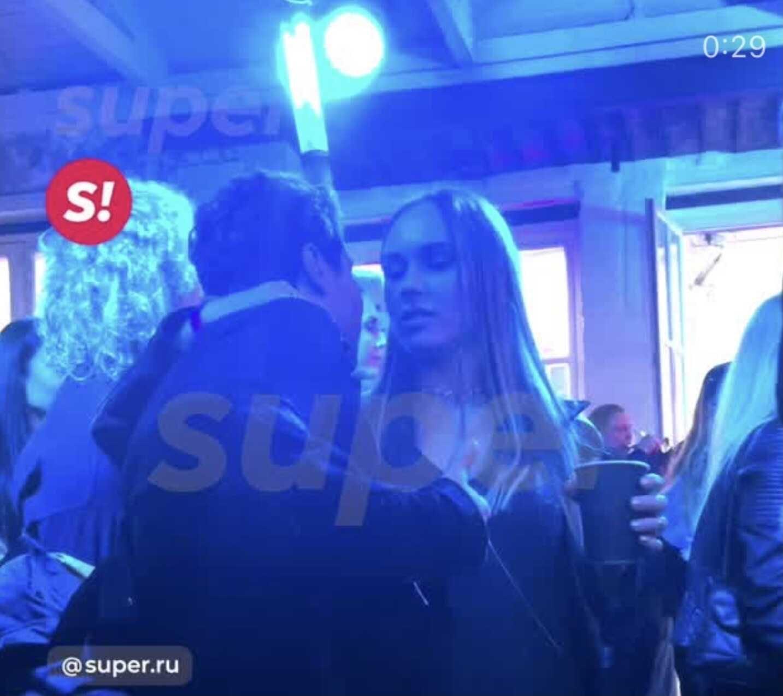 Павел Деревянко появился на вечеринке с новой возлюбленной и бывшей женой