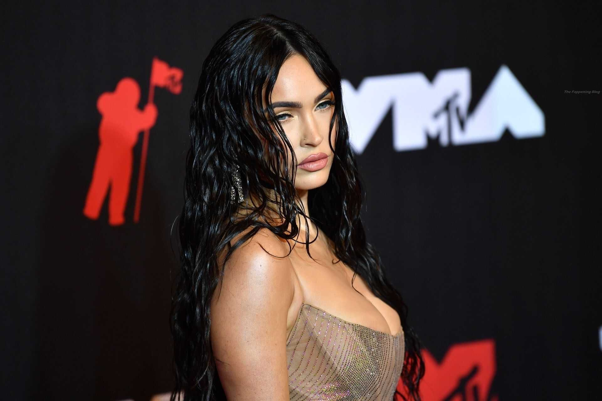 Меган Фокс покорила публику необычным платьем, появившись на красной дорожке