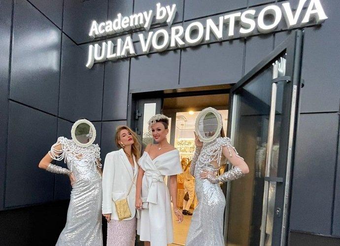 От простого парикмахера до колориста мирового уровня: Юлия Воронцова собрала гостей на открытие академии и салона красоты