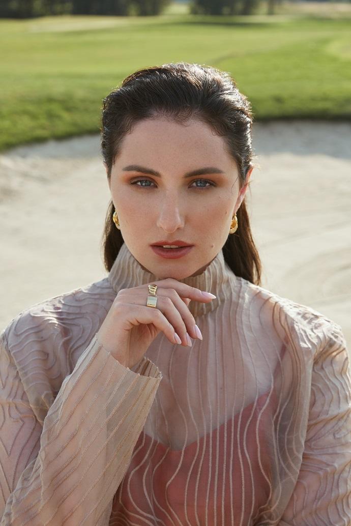 Естественный макияж и натуральный свет: Анастасия Якушева в фотосессии для Cosmopolitan